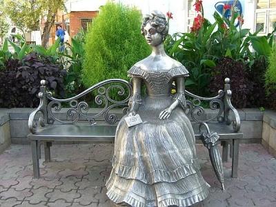 Скульптура девушки Любы в Омске